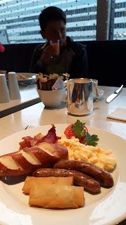 internationales Frühstück im Flughafen-Hotel in Frankfurt