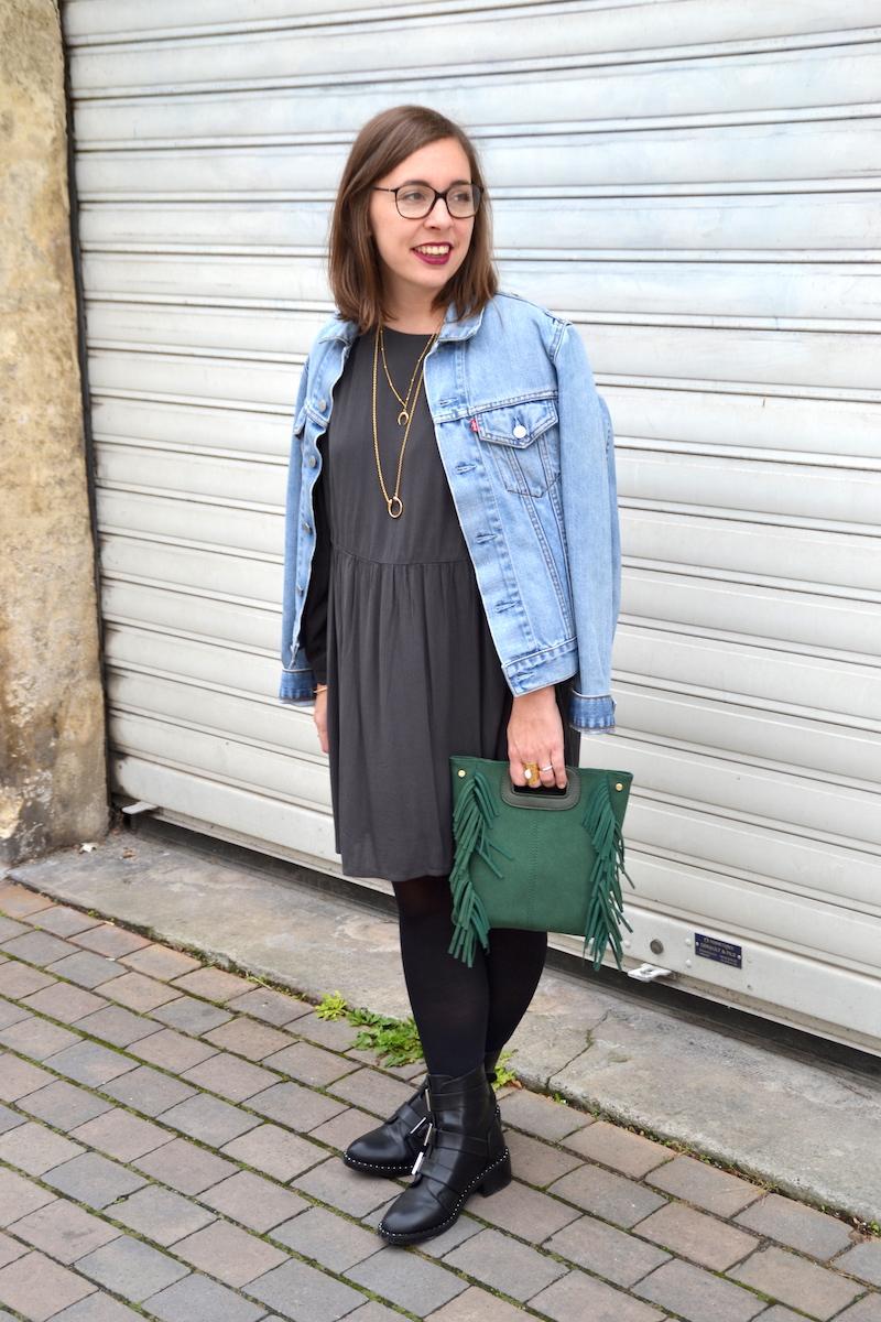 veste en jean Levi's, robe grise American Vintage, sac a frange vert Sammydress, collants noirs, bottines noire Pimkie