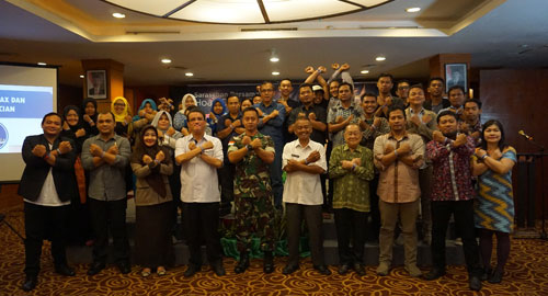 FOTO BERSAMA : Seluruh peserta Sarasehan Anti Hoax dan Ujaran Kebencian dengan pembicara dan panitia berfoto bersama. Bersatu melawan Hoax. Photo courtesy HCC Kalbar