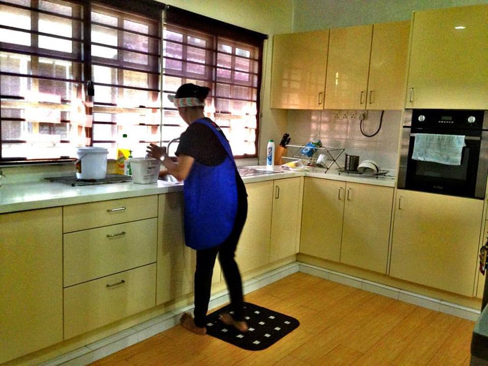 Selesai Seterika Semua Baju Terus Masita Ke Bahagian Dapur Untuk Mulakan Servis Mencuci Seluruh Dan Tingkap Segala Pinggan Dalam Sinki