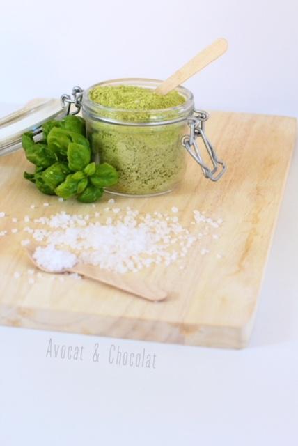 """alt=""""sel au basilic dans un bocal en verre garnit de feuille de basilic"""""""