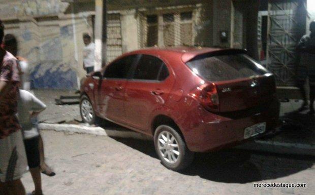Carro bate em poste na Avenida Padre Zuzinha, em Santa Cruz do Capibaribe