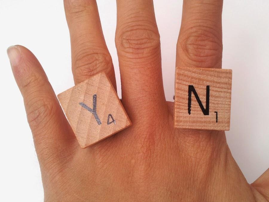 anillo con scrabbles