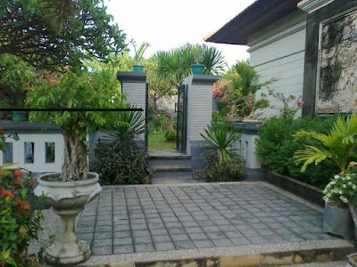 Keberadaan sebuah taman niscaya sangat diperlukan di kota yang padat 32 Desain Taman Depan Minimalis Sederhana