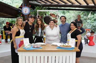 Claudia Castanheira  com o filho MC Gui, Ticiana, Ana Vilela, o chef William Ribeiro e a mãe Alessandra Vilela.(Crédito: Gabriel Gabe)