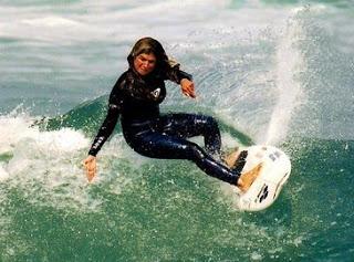 Foto de mujer surfista pasando olas