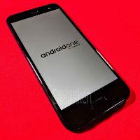 HTC U11 Life mit Android One Logo; roter Hintergrund