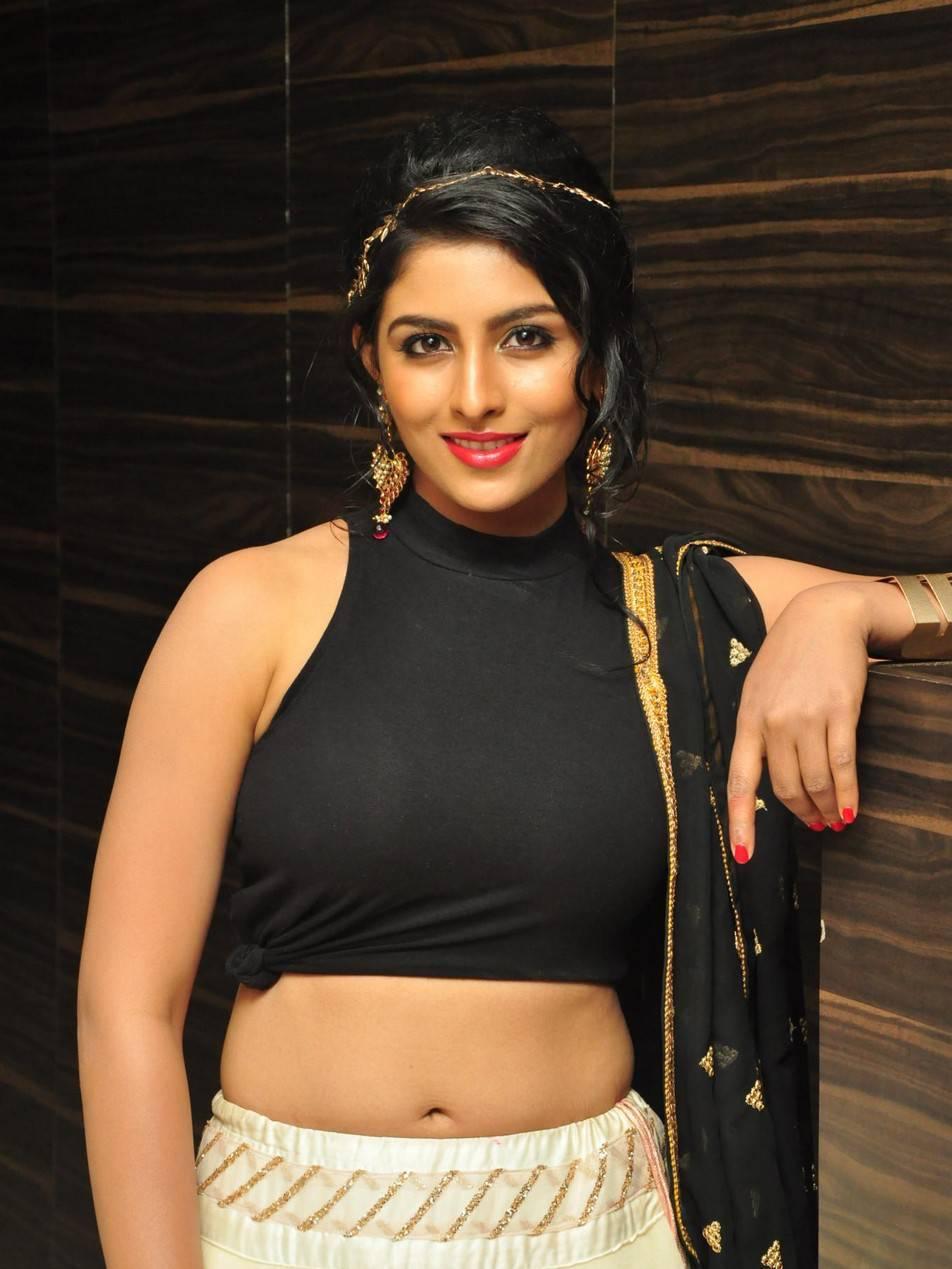 Kruthika Stills In Black Dress Hip Show Photos