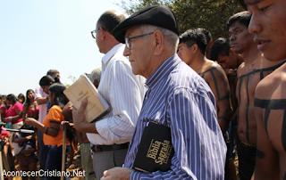 Pastor misionero con indígenas