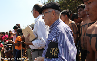 Pastor misionero con tribu del Amazonas