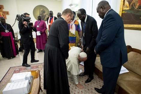 """""""بابا الفاتيكان"""" يقبل أقدام زعماء جنوب السودان"""