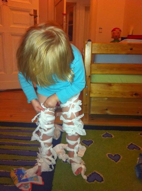 Kind knotet sich Feuchttücher ums Bein