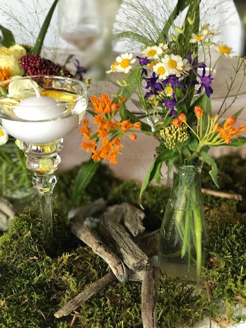 Tischblumen, Bunte Wiesenblumenhochzeit im Riessersee Hotel Garmisch-Partenkirchen, heiraten in Bayern, zwei Bräute, Regenbogen