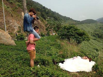 10 Gaya Fotografer Ini Kocak Banget, Kebanyakan Aksi Melebihi Modelnya
