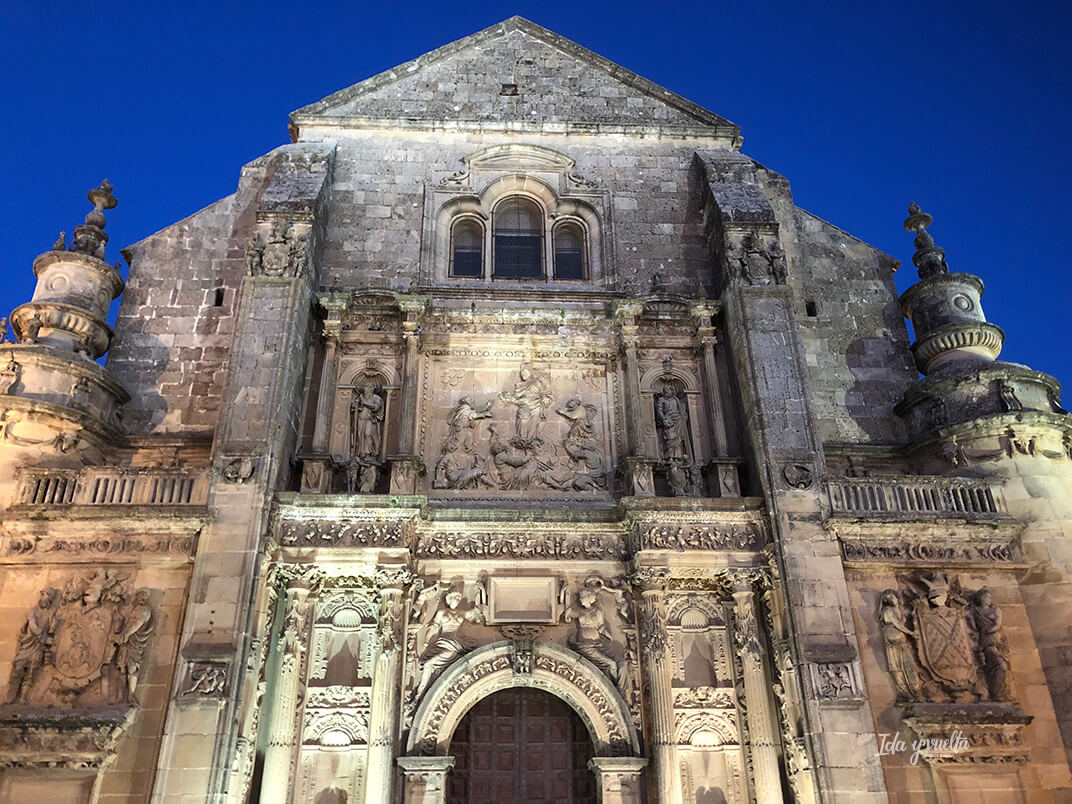Fachada iluminada de la Sacra Capilla del Salvador