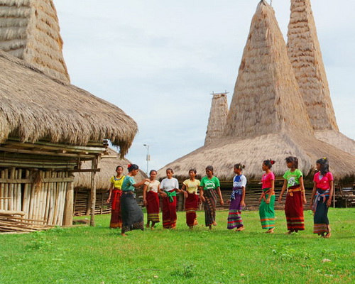 Travel.Tinuku.com Ratenggaro Village lined stone tombs and houses on stilts tower 15 meters on seafront