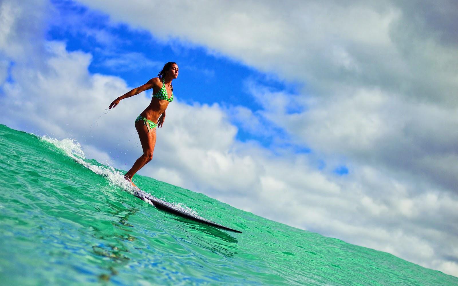 Vrouw op een surfplank in de zee