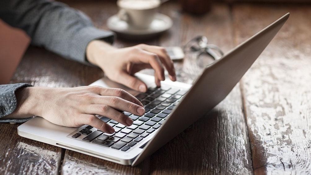 El 60,9% de los hogares urbanos tiene acceso a computadora y 82,9% a internet, según el Indec