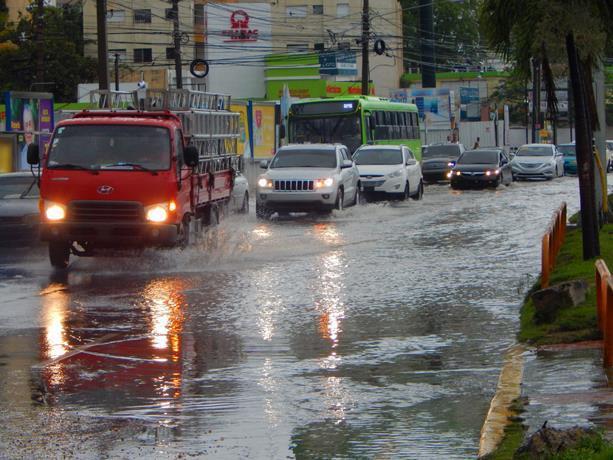 Centro de Huracanes EEUU da seguimiento a onda que trae lluvias a RD
