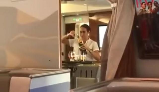 Azafata regresó una copa de champagne a la botella