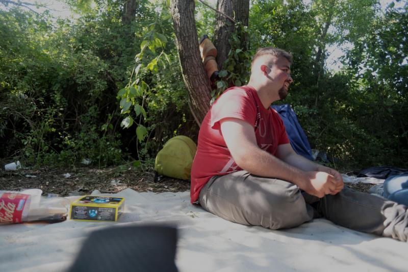 A., 22 ans, vit dans un bois à Grande-Synthe. Il change d'emplacement presque chaque jour. PHOTO BAZIZ CHIBANE