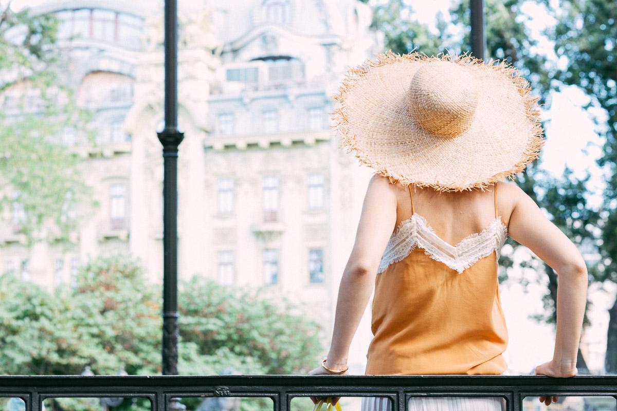 яркий образ со шляпой