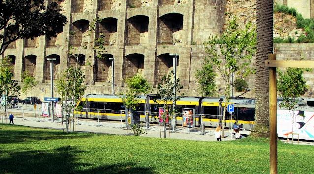 Metro parado na estação Jardim do Morro