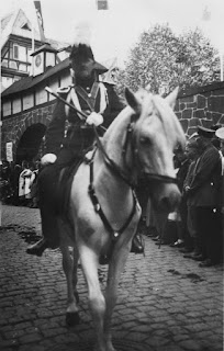 Joseph Stoll vor dem Winzerdorf, vermutlich 1934