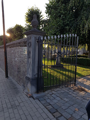 Het oude kerkhof Maldegem bij avond