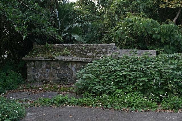 照屋御嶽の古墓の写真