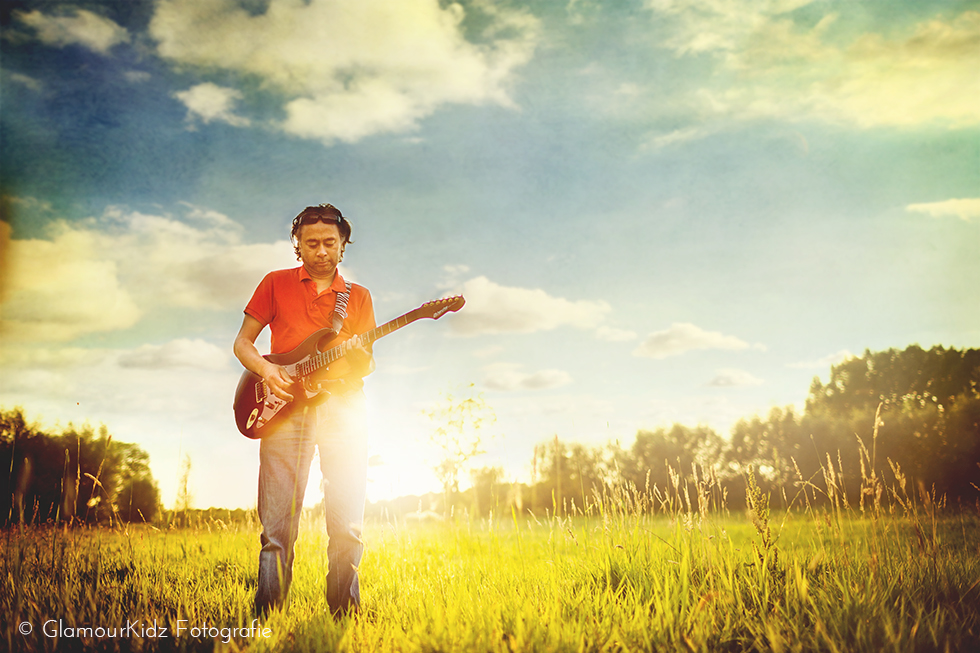 lensbaby guitar musician photographer Apeldoorn netherlands art vintage edge sunset clouds