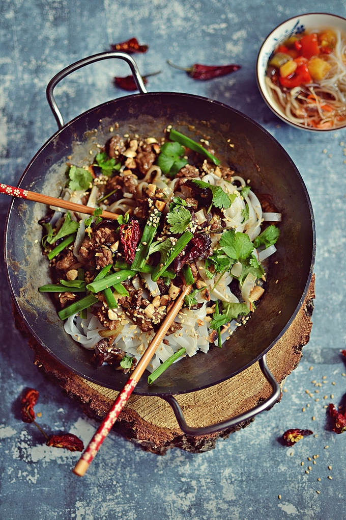 Makaron ryżowy z ostrygową wołowiną