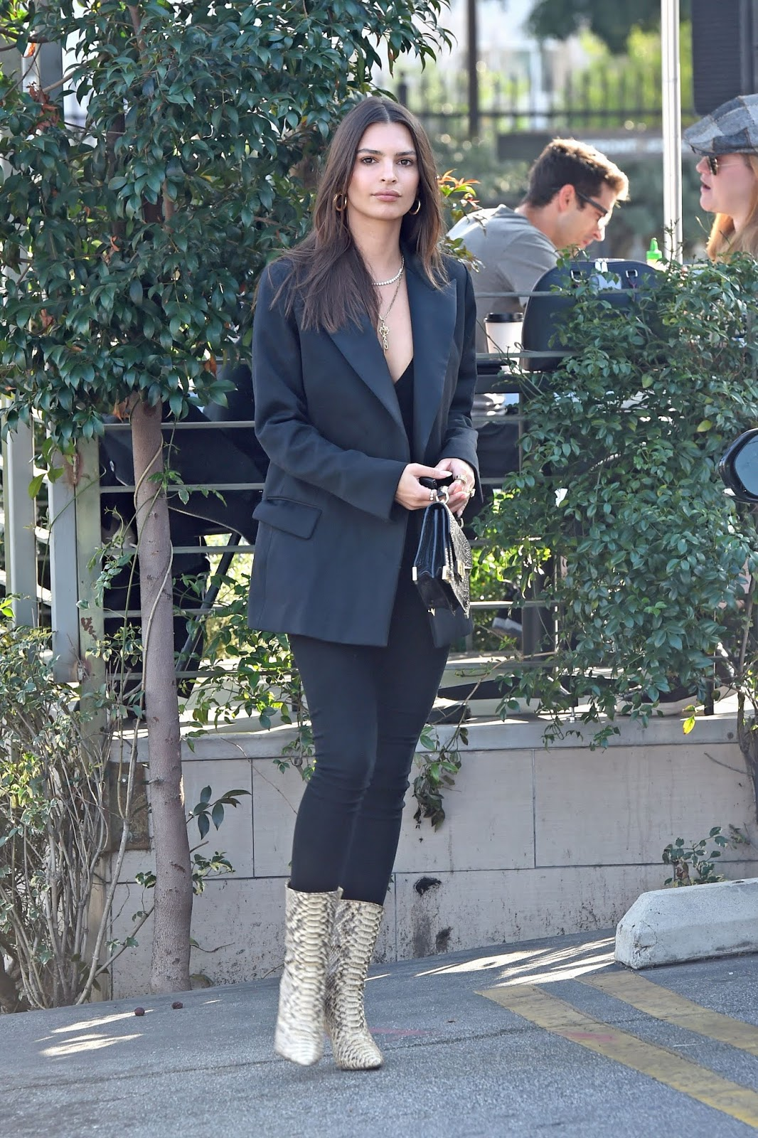 Emily Ratajkowski is Spotted Grabbing a Bite to Eat with a Friend in Los Angeles - 01/30/2019