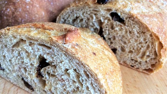 烤好的歐式麵包切面圖(有很明顯的氣孔)