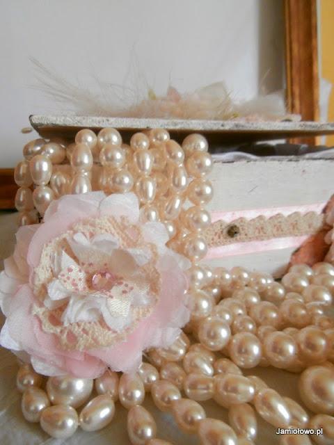 delikatne kwiaty na tle pereł Swarovskiego