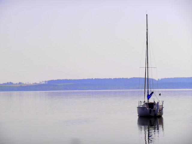 Żaglówka zacumowana przy brzegu Jeziora Orawskiego
