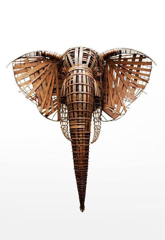 Majestuosa vida silvestre y esculturas humanas hechas de alambre forjado y bronce