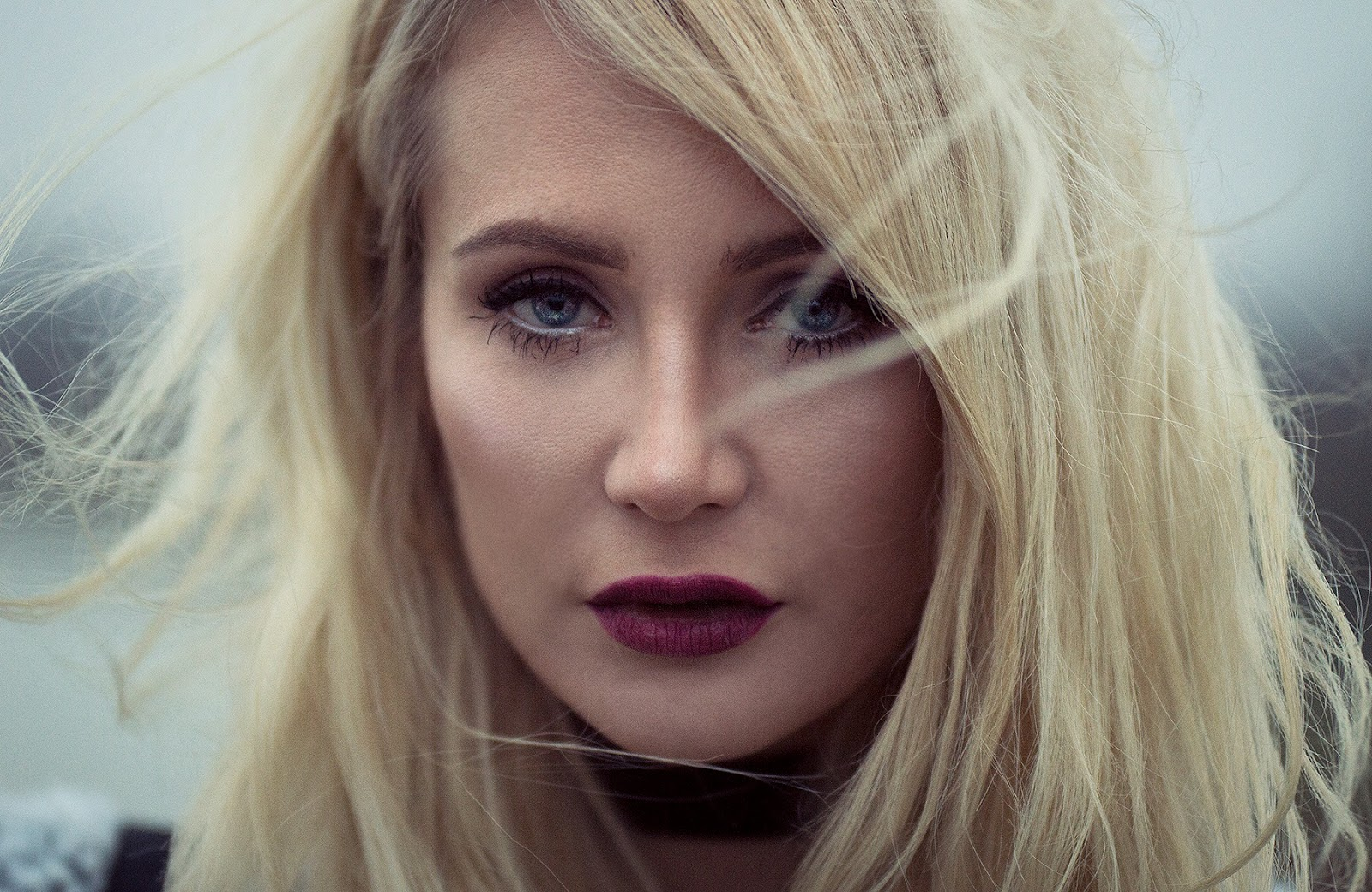 Portrait shoot close up with blonde fashionblogger a heart for fashion