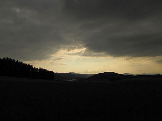 Góry Stołowe na zachodnim horyzoncie.