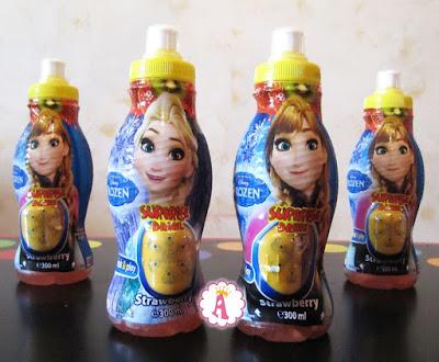 Бутылки с соком и сюрпризами в капсулах