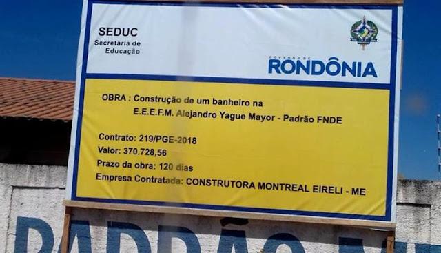 Placa da construção de um banheiro em Ji-Paraná