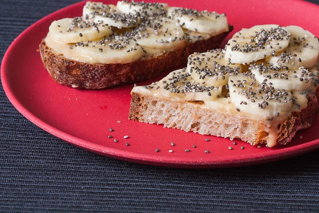 Sendvič sa kikiriki maslacem, bananom i chia semenkama
