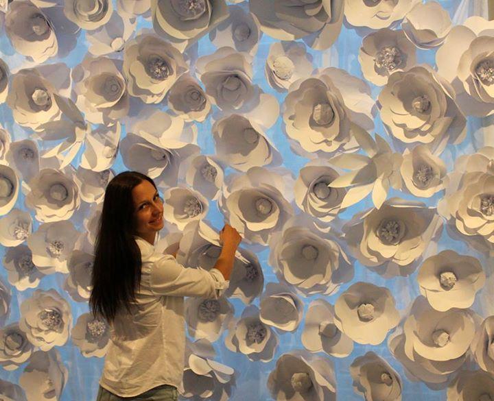 jak zrobić ścianę z papierowych kwiatów
