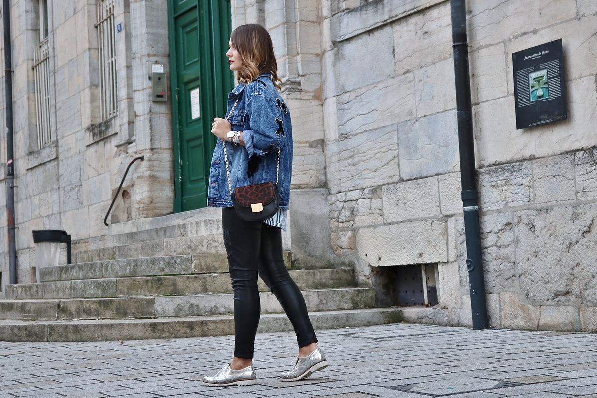pauline-dress-tenue-look-besancon-veste-denim-lace-up-noir-tregging-chemise-rayee-sac-leo-marche-walk