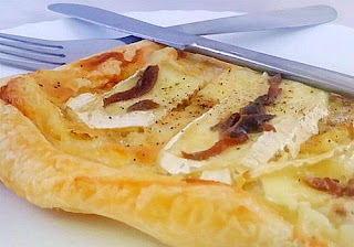 Un hojaldre con queso brie y anchoas