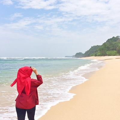 Pemandangan di sekitar Pantai Pasir Panjang yang memiliki pasir yang lembut dan bersih. Foto oleh @dew_ewa