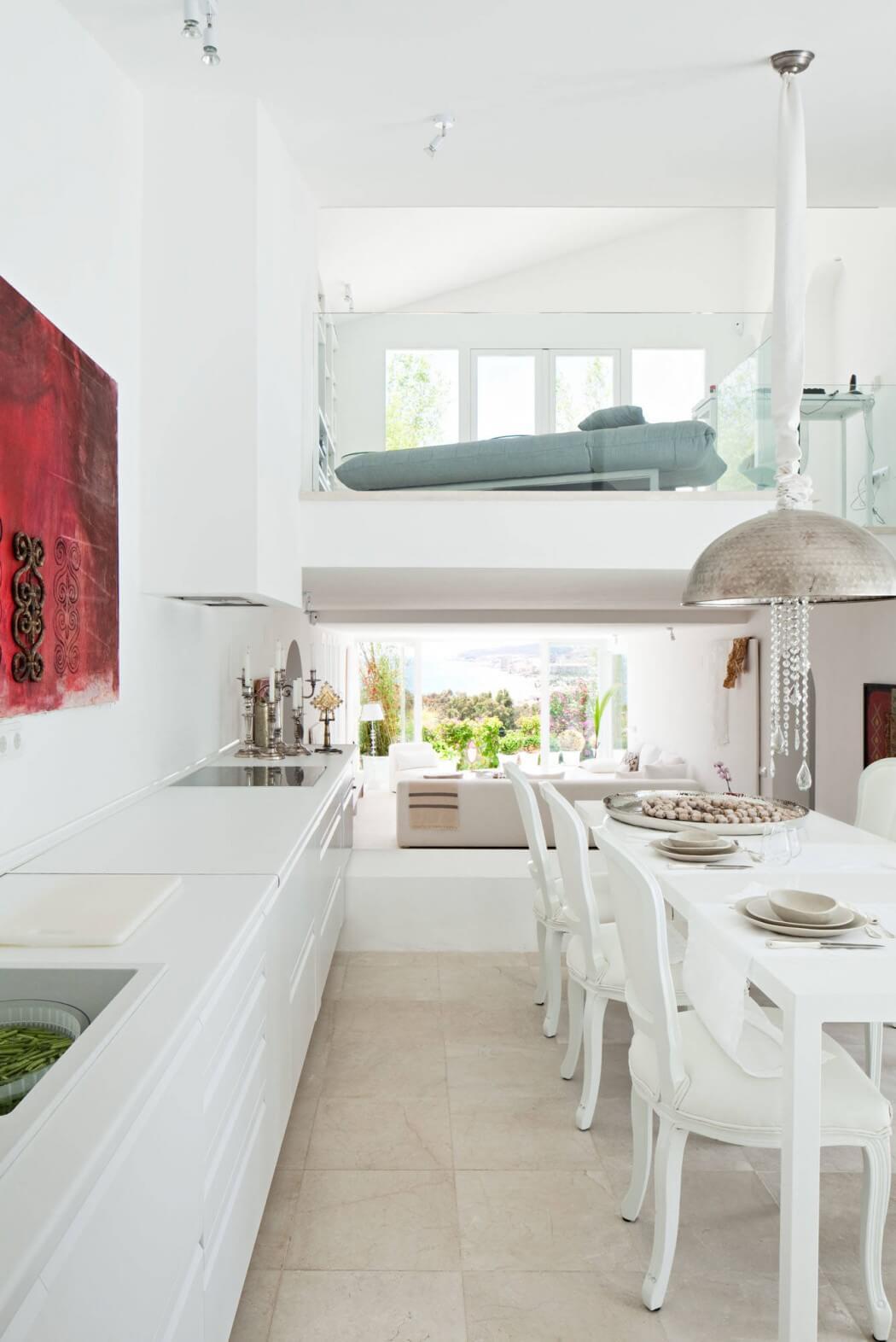 Cocina blanca unida con comedor