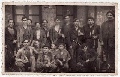 Grupo de mineros entre los que se encuentran algunos guajes