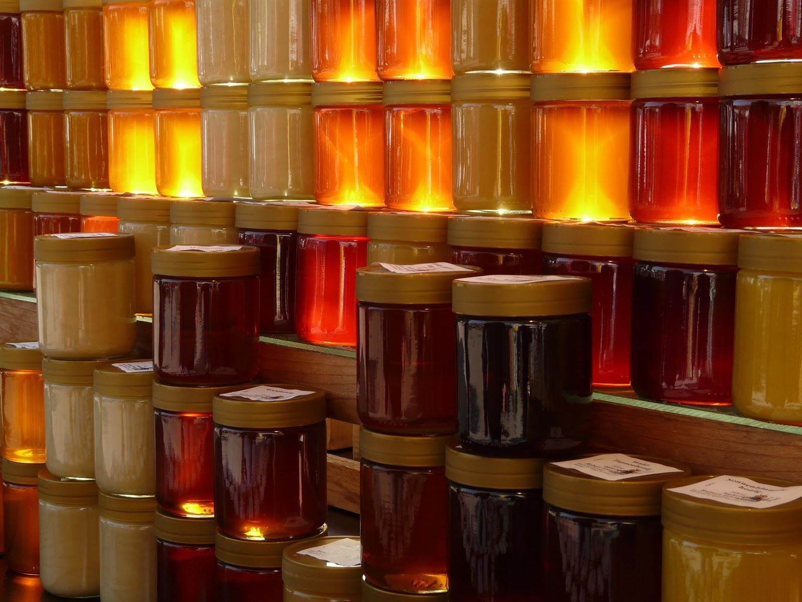 棚に置かれた何種類もの蜂蜜の瓶