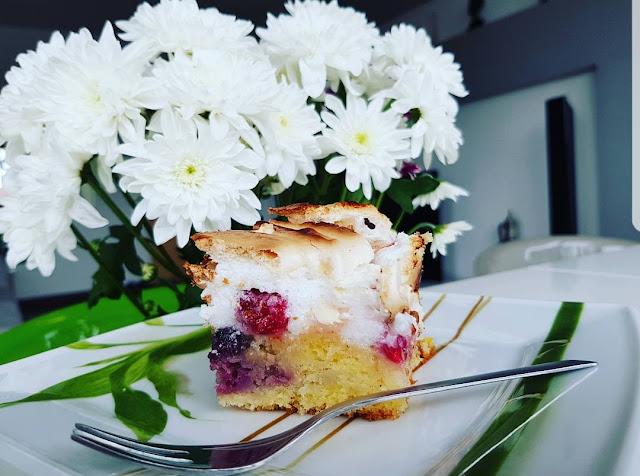 Cytrynowe ciasto z owocami i bezą